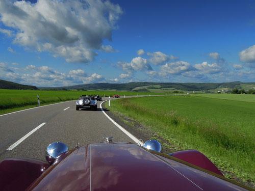 in Breitscheid am Eingang der Nordschleife gesellten sich Beverley & Achim aus Rheinberg zu uns!Jetzt sind wir ,wie Ihr sehen könnt, bereits 5 Fahrzeuge!Ihr seht nur 4? Richtig: Günter ist natürlich hinter mir!