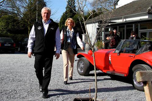 """Beverley & Achim und Barbara & Markus sind gerade aus der Eifel angekommen! Ulli gratuliert Markus zum """"RUNDEN GEBURTSTAG!)"""