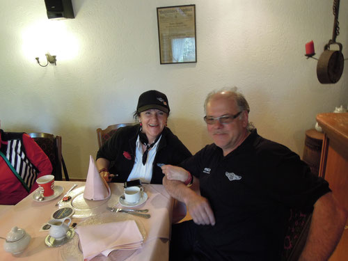 Hier Ilona & Panther-Doc Günter (mit oder ohne h) gut gelaunt, wie alle Teilnehmer!