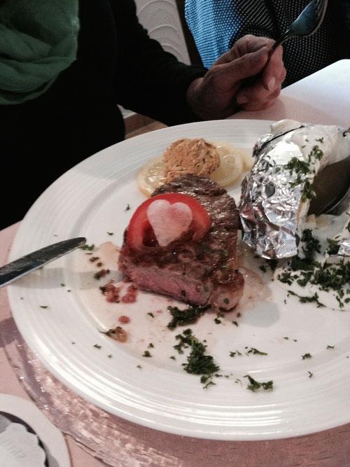 Selbst das Essen war mit Herz gemacht! Gutes Lokal ausgesucht haben die Brünetties!