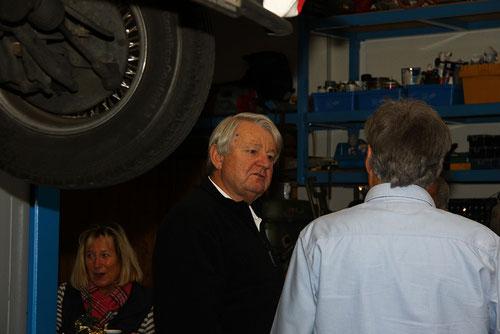 Dieter(Bildmitte) hatte ein Dachproblem mit seinem J 72.Scheint jetzt gelöst!Ob Gaby(links unterm Panther) schon den Glühwein probiert hat??!