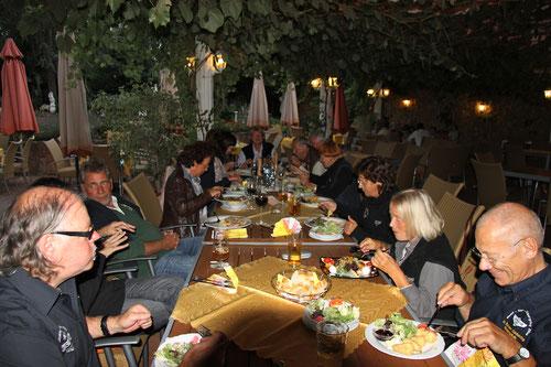 Fast die komplette Panthertruppe: für Sigrid & Günter ( rechts )   erstes vegetarisches Essen ohne Beanstandung! Der andere Günter links   ( genannt Locke )   kann es kaum glauben!