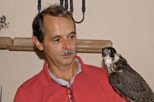"""Dann war es soweit: Hajo unser Falkner,mit dem ersten seiner Vögel!Hier noch ohne Kappe,seine Falkin!  Man beachte die Augen, Jagdblick bei """"BEIDEN""""!"""
