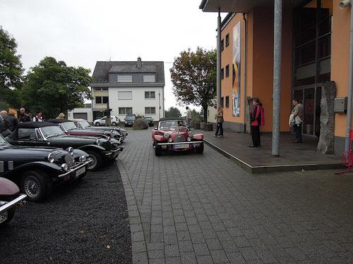 """Kurz vor 10 Uhr kommen auch unsere """"Eifeler auf den für uns vor den Lava-Dome reservierten Parkplatz!"""