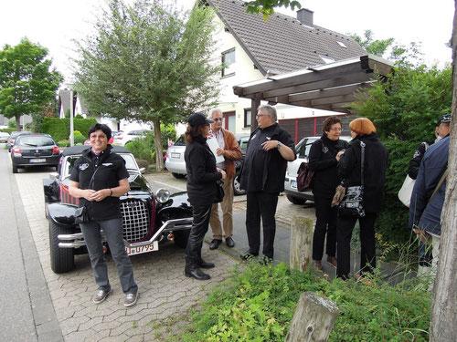 Markus kennt alle Kuchenpreise in der Eifel........2,50 Euro und so dick belegt......höre in aus der Ferne!  Barbara ganz links : natürlich mit Sahne ohne Aufpreis!