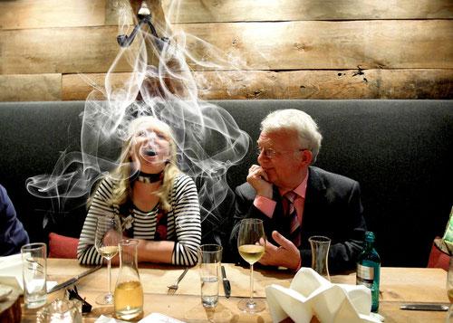 Rita:Du da oben ...hör mal langsam auf! Hans:  ..Du wolltest doch unbedingt rechts sitzen Rita!  Harry Hirsch:  vor der Tür rauchen......geht nicht.....bin eingemauert!!!!!!!