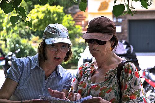Erwischt! Zwei Damen beim Kartenlesen