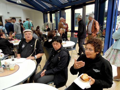 Markus: 4:20 Euro und so gross wie ein Kuhfladen...die Pizza in Rheinbach! Barbara: oder war es 4:30 Euro!