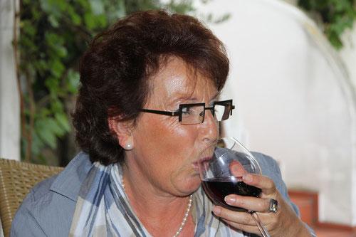 Zusammentreffen der Teilnehmer: hier Ute  beim ersten Weingenuss!