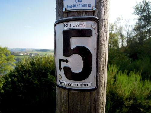 Hat nicht mit Schalke 04 zu tun! Hinweis auf Wanderweg rund um die Maare!