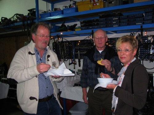 """Ulrike & Manfred von der """"Sauerlandgruppe""""riskieren die Suppe! Hermann testet ( genussvoll ? ) das Käsebrötchen???!Als Ostfriese wäre Ihm ein Krabbenbrot lieber gewesen!"""