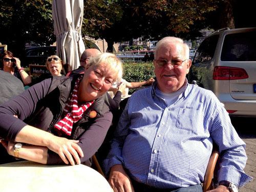 Während B.  & M. sich mit den Mopedsfahrern um die reibungslose Ausfahrt schlugen, nahm ich mit Susanne & Bernd, in wilder Ehe lebend, eine Stärkung zu mir!