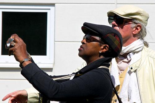 Ob Susanne Panther fotografiert? Nein.....   natürlich mich! Kameramann Norbert schaut kritisch zu!