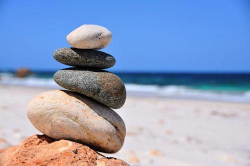Sylvia Strauß Qi Gong ist im Gleichgewicht - Die Steinpyramide am Strand