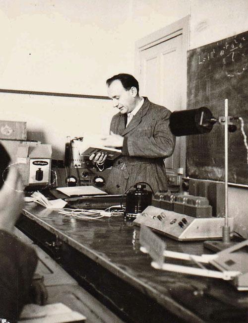 """M. Arnaud, professeur de physique/chimie, dit le zicqueux"""""""