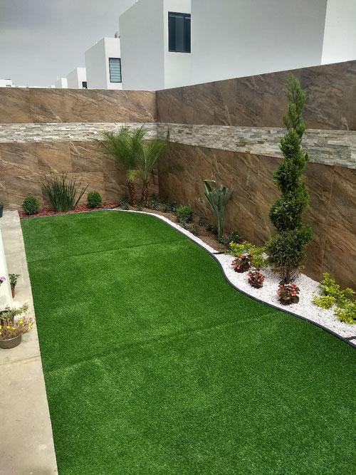 Jardín con pasto sintético