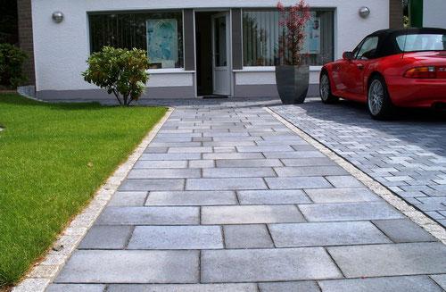 Betonplatten Terra Toscana, anthrazit changierend, der Firma Metten Stein & Design kombiniert mit Granit - Kleinpflaster