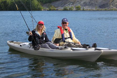 Babs und Dr. Hook beim Kajakfischen
