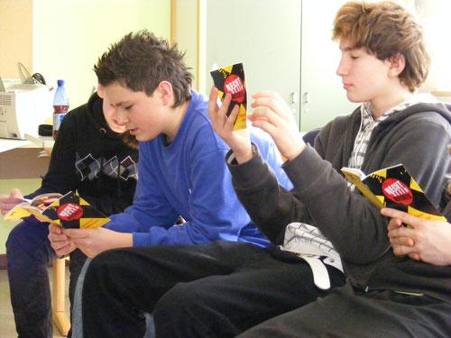 """Jugendliche blättern und lesen in der Broschüre """"Rechts gegen Rechts"""""""