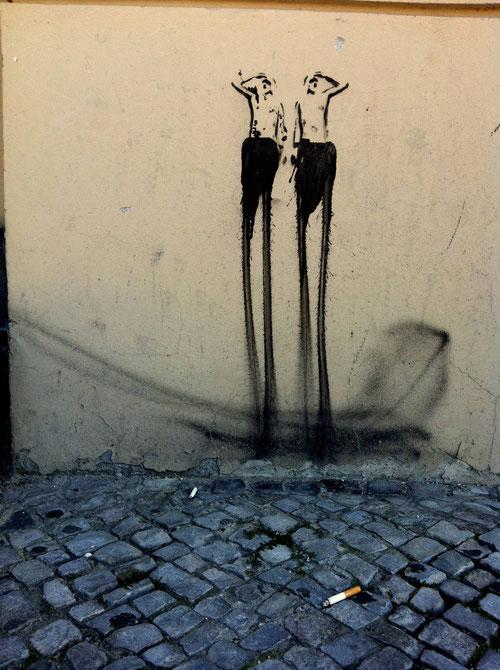 Zwei Suchende mit Zigarettenstummel an einer Häuserwand (Foto: J.v.Troschke 2012)