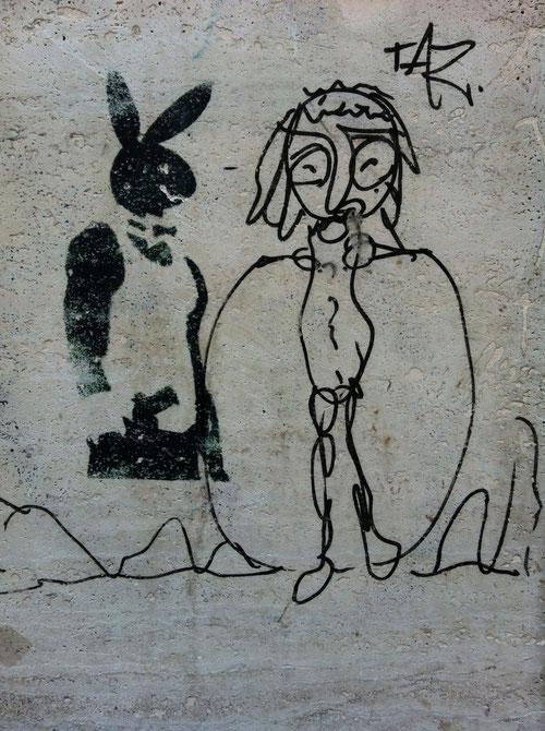 """Play Boy meets Party Girl auf einer Häuserwand in  Berlin, """"Stencil"""" und """"Mural"""" (Foto : J.v.Troschke)"""