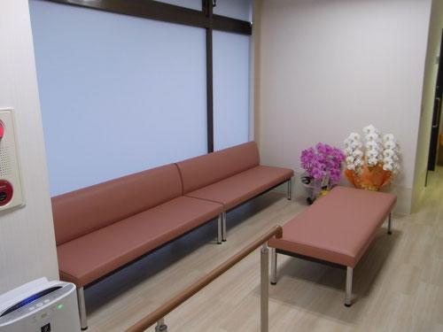 待合室はソファーに18人座れます。