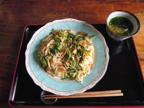 沖縄に来るとよく食べる「そーめんちゃんぷるー」、以外と美味しいですよ 今帰仁村2012.09.23 P-300
