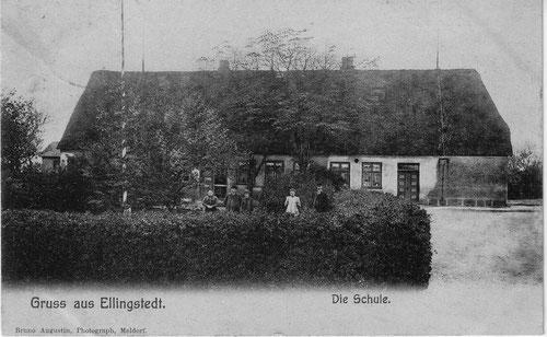 Schule 1906: Auf der rechten Seite des Schulgebäudes ist eine hellere Wandfläche zu erkennen. An der Stelle befand sich früher eine große Lohdielentür (Karte 1903).