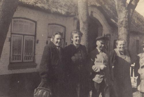 Entstanden vermutlich um 1950. Personen Bild oben von links nach rechts:  Unbekannt, Elli Nielsen geb. Peper, Hans Peper, Catharina Peper, geb. Claußen