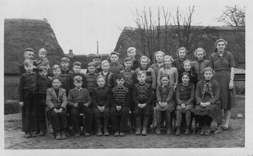 Herr Schwart mit Schülerinnen und Schülern