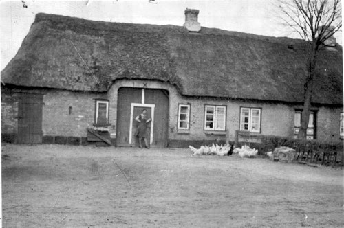 Hofstelle Voigt aus der Zeit 2. Weltkrieg. Vor der Lohdiele Emma Bothmann, geb. Voigt.
