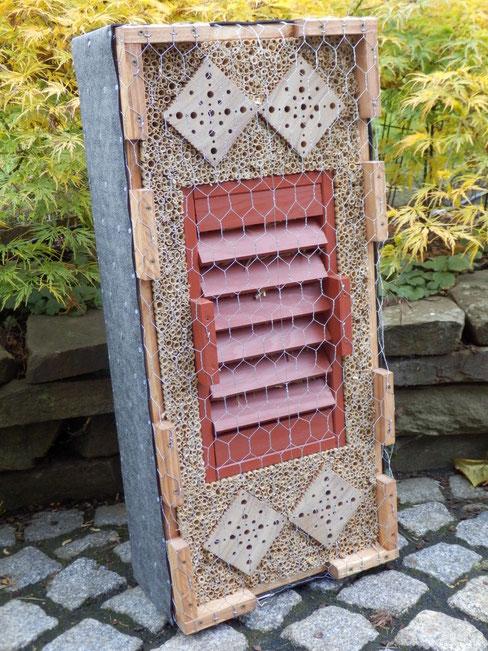 K3 / kombinierte Wildbienenbrutstätte u. Überwinterhilfe für Schmetterlinge, Marienkäfer sowie Florfliegen, verkauft!