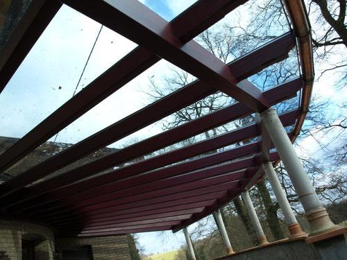Sonderbau--Terrassendach Frankfurt kombiniert Leimholz/Glas/Steinpfosten auf Mauer