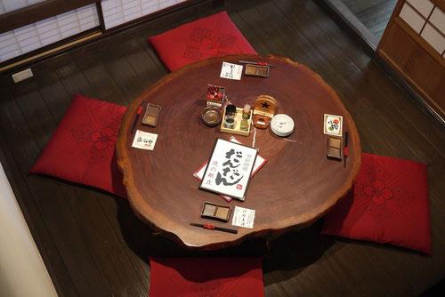 無垢のテーブルとの相性抜群。「木」に囲まれたお部屋での食事は格別です。