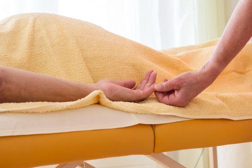 Raum für Atem - Foto Behandlung-Hand