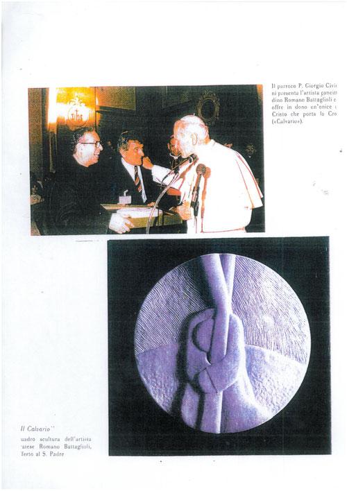 """1986, Romano Battaglioli consegna al Papa Giovanni Paolo II, in visita a Prato, una scultura in Onice Bianco: """"Calvario""""."""