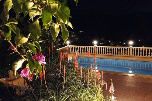 Auf dem Bild sieht man den Pool und die neue Balustraden-Beleuchtung der Ferienwohnung Valencia am Abend