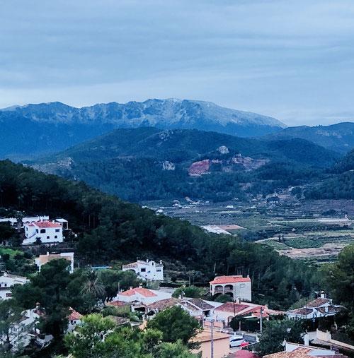 Blick von Monterrey über die weiß-verschneiten Berge von Gandia