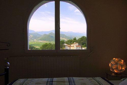 Blick aus dem Fenster der Ferienwohnung Valencia, der Heizkörper unter dem Fenster sorgt für angenehme Wärme im Winter