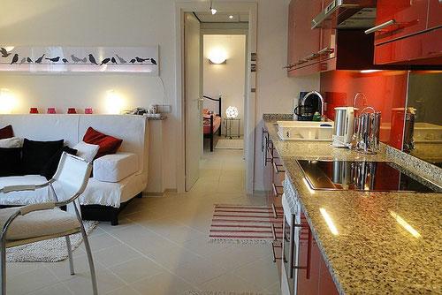 Wohnzimmer mit Küchenzeile und Blick in Dile und Schlafzimmer, Ferienwohnung Valencia
