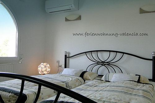 Schlafzimmer der Ferienwohnung Valencia mit moderner Klimaanlage (Mitsubishi)