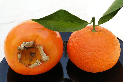 Kaki (Sharonfrucht) links, Mandarine rechts, Foto: Birgitta Kuhlmey