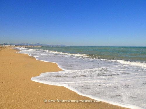 Strand mit Blick auf Gandia und den Monduver, Valencia, Spanien