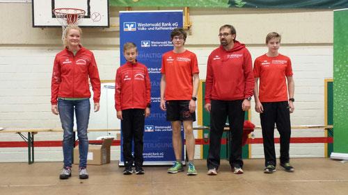 Rebecca Baum, Matteo Langenbach, Nils, Thomas und Frederik Wehner bei der Ehrung für die 6,3km-Strecke