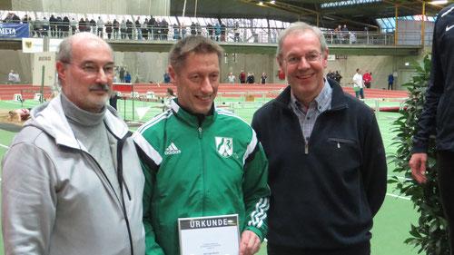 v.l.:Peter Westermann (FLVW Vizepräsident Leichtathletik), Egon Bröcher, Bernhard Bußmann (FLVW Vors. Leichtathletik)