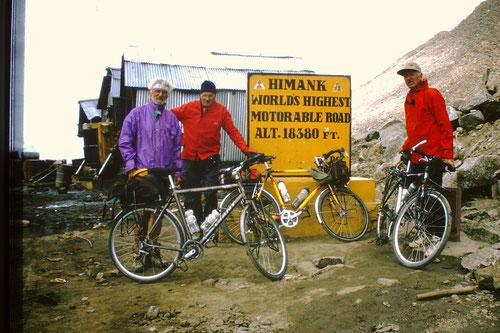 à l'arrivée du col routier le plus haut du monde: le KARDUNG-LA  5748m