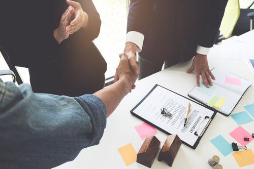 Immobilienmakler führt Verkaufsverhandlungen zum erfolgreichen Abschluss