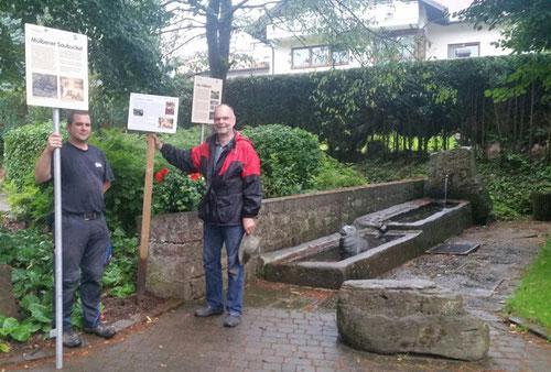 NABU-Vorsitzender Ernst Stephan (re.) und Ortsvorsteher Timo Bachert stellen die Infotafel auf. (Foto: privat)