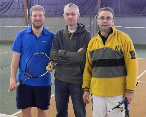 Stéphane Wolf entouré par deux adversaires du premier tour, Guillaume Chappuis (Audincourt) à gauche et Jean Stenzel (Beaucourt). Photo Daniel Daucourt
