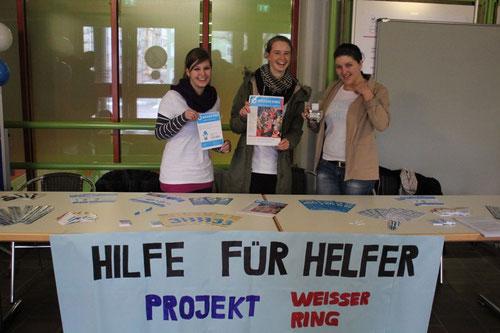 Und das war das Projekt: Mehrere Infostände im Schulhaus, Präsentationen in Klassen, Lautsprecherdurchsagen, Plakate, Flyer, Spendenaktionen, Banner über dem Schulhauseingang...